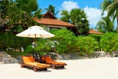 Le presidenze di spiaggia sulla sabbia bianca tropicale perfetta tirano Fotografia Stock Libera da Diritti