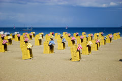 Le presidenze di vimini della spiaggia si avvicinano al mare Fotografia Stock