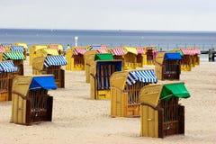 Le presidenze di vimini della spiaggia si avvicinano al mare Fotografie Stock Libere da Diritti