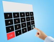 Le pressing d'homme d'affaires égale le bouton sur la calculatrice numérique d'écran tactile sur le fond bleu Photographie stock libre de droits