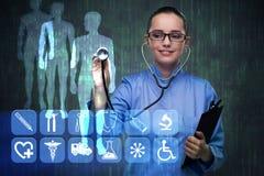 Le pressing de docteur de femme se boutonne avec de diverses icônes médicales photos libres de droits