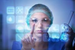 Le pressing de docteur de femme se boutonne avec de diverses icônes médicales Photos stock