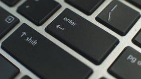 Le pressing femelle de main entrent dans le bouton sur le clavier d'ordinateur portable, saisie de données, accès fixé banque de vidéos