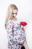 Le prgnant kvinna med blomman Arkivfoto