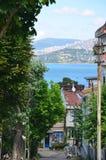 Le prince Islands Buyukada Istanbul Vue à la rue habituelle Beau ciel bleu avec les nuages blancs, les arbres verts, les maisons  photographie stock libre de droits