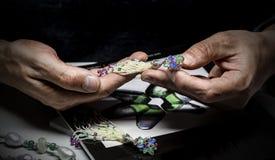 Le priseur expert de bijoux regarde les bijoux image stock