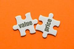 Le prix de valeur de mot sur le puzzle deux assorti sur le fond orange photos libres de droits