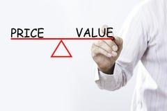 Le prix et la valeur de dessin de main d'homme d'affaires équilibrent - des affaires concentrées Photo libre de droits