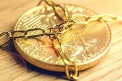 Le prix sur place de l'or est jugé fortement dans les chaînes manoeuvré image libre de droits
