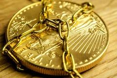 Le prix sur place de l'or est jugé fortement dans les chaînes manoeuvré images stock