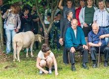 Le prix vivant principal en concours sur lutter sur des jeux de Nestinarski dans le village des Bulgares, Bulgarie Image libre de droits