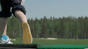 Le pro joueur de golf a tiré la boule de la soute de sable au cours Section de l'homme jouant le golf dans le terrain de golf Les clips vidéos
