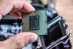 Le processeur est un ordinateur de bureau à disposition Inspectez les contacts d'unité centrale de traitement avant l'installatio photos stock