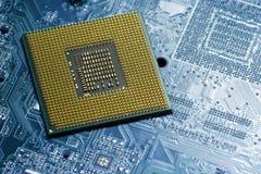 Le processeur sur la carte bleue avec les contacts plaqués or se ferment  Vue inférieure du côté de goupilles photographie stock