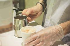 Le processus de faire le cacao dans un appareil spécial photo stock