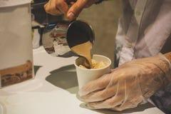 Le processus de faire le cacao dans un appareil spécial images stock