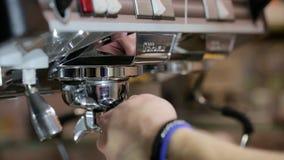 Le processus de faire le café : griller des grains de café clips vidéos