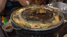Le processus de faire cuire des fruits de mer sur le brasero Gril et casserole sp?ciaux Prend la vapeur banque de vidéos