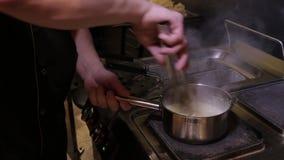 Le processus de faire cuire des pâtes banque de vidéos