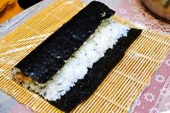 Le processus de faire cuire des sushi et des petits pains photographie stock libre de droits