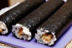 Le processus de faire cuire des sushi et des petits pains photo libre de droits