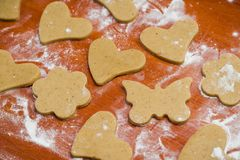 Le processus de faire des biscuits de gingembre sous forme de coeur, de fleur et de papillon, pain d'épice photos stock