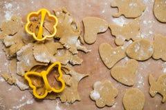 Le processus de faire des biscuits de gingembre sous forme de coeur, de fleur, de papillon, d'oeuf et de lapin, pain d'épice image stock