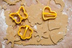 Le processus de faire des biscuits de gingembre sous forme de coeur, de fleur, de papillon et de lapin, pain d'épice photo libre de droits