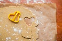 Le processus de faire des biscuits de gingembre sous forme de coeur, pain d'épice images stock