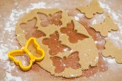 Le processus de faire des biscuits de gingembre sous forme de papillon, pain d'épice photo libre de droits