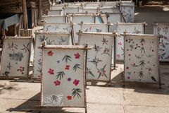 Le processus de faire des fleurs a ajouté le papier, étayé pour sécher au soleil photographie stock libre de droits