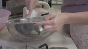 Le processus de faire des petits gâteaux ! banque de vidéos