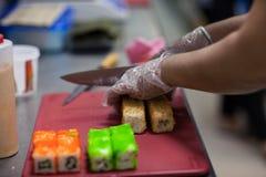 Le processus de faire des petits pains dans la vraie cuisine photographie stock libre de droits