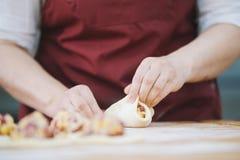 Le processus de faire des tartes avec des mains photo libre de droits