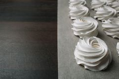 Le processus de faire la guimauve Fermez-vous vers le haut des mains du chef avec de la crème de sac de confiserie au papier parc image stock