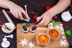 Le processus de faire le ` s de Santa rejette la décoration de petit gâteau de la confection image libre de droits