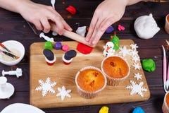 Le processus de faire le ` s de Santa rejette la décoration de petit gâteau de la confection image stock