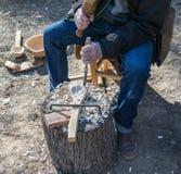 Le processus de faire une cuillère en bois images stock
