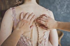 Le processus de fermer la fermeture éclair la robe de mariage au fond 9692 Photos stock