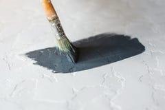 Le processus de la coloration dans la couleur gris-foncé a donné à la surface une consistance rugueuse en béton pour le bureau photos libres de droits