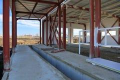 Le processus de la construction et lancement d'un grand centre de logistique, de son remplissage interne et de finissage photographie stock libre de droits