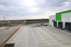 Le processus de la construction et lancement d'un grand centre de logistique, de son remplissage interne et de finissage photographie stock
