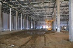 Le processus de la construction et lancement d'un grand centre de logistique, de son remplissage interne et de finissage photo libre de droits