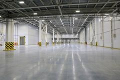 Le processus de la construction et lancement d'un grand centre de logistique, de son remplissage interne et de finissage photo stock
