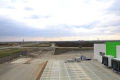 Le processus de la construction et lancement d'un grand centre de logistique, de son remplissage interne et de finissage image libre de droits