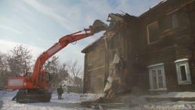 Le processus de la démolition et destruction du vieux bâtiment en bois banque de vidéos