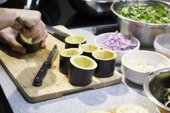 Le processus de la préparation de l'aubergine bourrée photo libre de droits