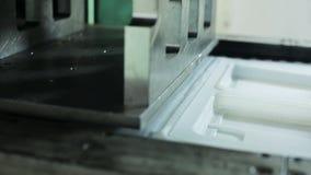 Le processus de la production des plats en plastique se ferment à l'intérieur de l'usine banque de vidéos