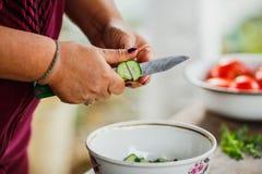 Le processus de la salade de coupe photos stock