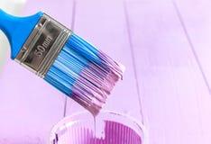 Le processus de peindre le bois embarque avec la brosse et la couleur violette Images libres de droits